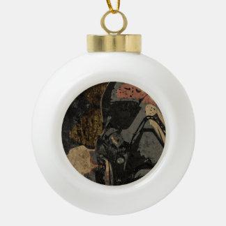Mann mit Schutzmaske auf dunklem Metallplatten Keramik Kugel-Ornament