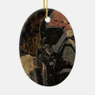 Mann mit Schutzmaske auf dunklem Metallplatten Keramik Ornament