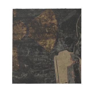 Mann mit Schutzmaske auf dunklem Metallplatten Notizblock