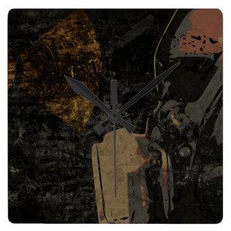 Mann mit Schutzmaske auf dunklem Metallplatten Quadratische Wanduhr