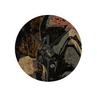 Mann mit Schutzmaske auf dunklem Metallplatten Runde Wanduhr