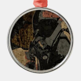 Mann mit Schutzmaske auf dunklem Metallplatten Silbernes Ornament