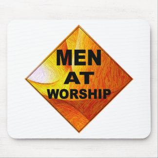 Männer an der Anbetung Mauspads