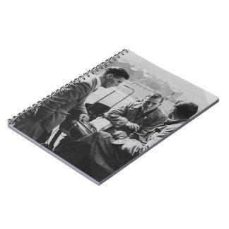 Männer, die altes Seiten-Foto-Notizbuch des Bild-8