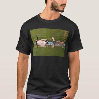 Männliche und weibliche Stockente duckt Schwimmen T-Shirt
