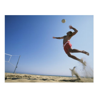 Männlicher Strand-Volleyballspieler, der bis zur Postkarte