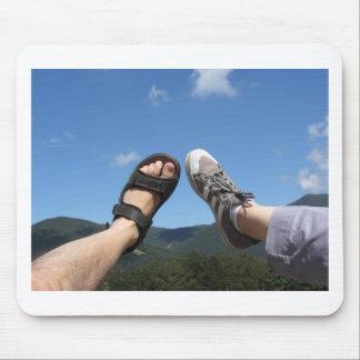 Männliches und weibliches Bein, das in Richtung Mousepad