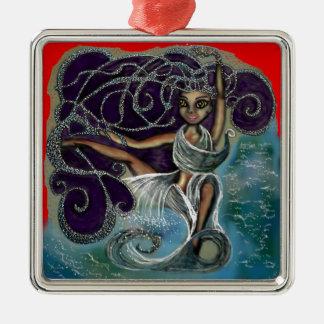 Margarita wickelte im ewigen Wasser ein Silbernes Ornament