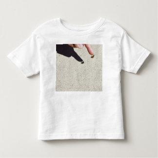 Marienkäfer auf dem Finger eines Kindes Shirt