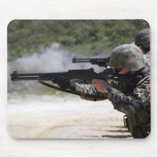 Marinesoldaten, die Schrotflinten abfeuern Mauspad