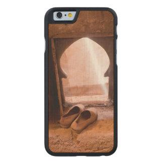 Marokkanische Schuhe am Fenster Carved® iPhone 6 Hülle Ahorn