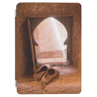 Marokkanische Schuhe am Fenster iPad Air Cover