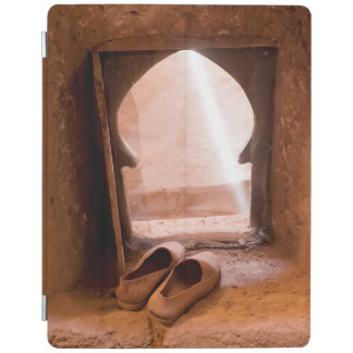 Marokkanische Schuhe am Fenster iPad Hülle