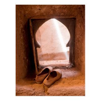 Marokkanische Schuhe am Fenster Postkarte