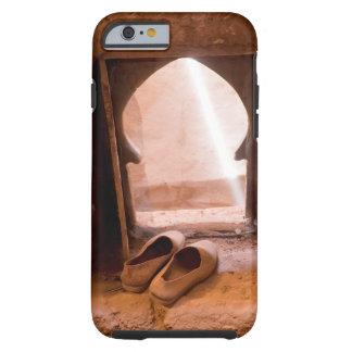 Marokkanische Schuhe am Fenster Tough iPhone 6 Hülle