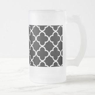 Marokkanisches Schwarz-weißes Quatrefoil Muster Mattglas Bierglas