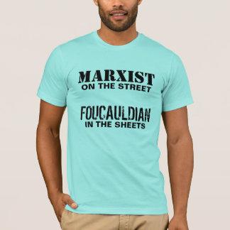 Marxist auf der Straße/dem Foucauldian in den T-Shirt