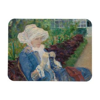 Mary Cassat- Lydia, der im Garten häkelt Magnet
