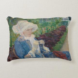 Mary Cassat- Lydia, der im Garten häkelt Zierkissen