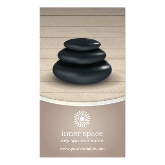 Massage-Steine auf hölzerner Visitenkarten