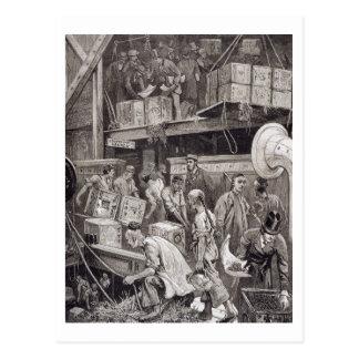 Masse an Bord eines Tee-Schiffs im London brechend Postkarte