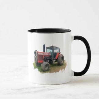 Massey Ferguson roter Traktor auf dem Gebiet Tasse