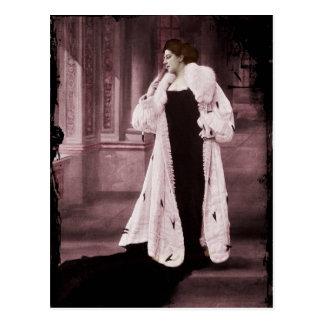 Mata Hari im weißen Pelz-Mantel Postkarte