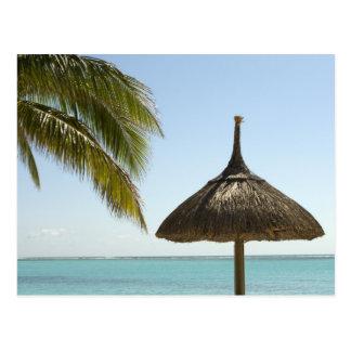 Mauritius. Idyllische Strandszene mit Regenschirm Postkarte