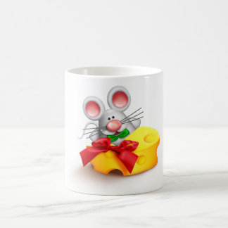 Maus, die Käse-Tasse isst Kaffeetasse