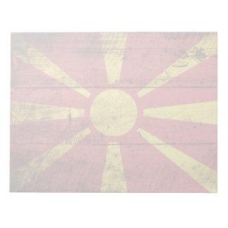 Mazedonien-Flagge auf altem hölzernem Korn Notizblock