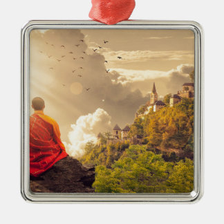 Meditierender Mönch vor großem Tempel Quadratisches Silberfarbenes Ornament