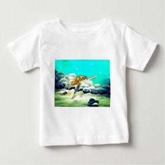Meeresschildkröte, die schönes blaues Meer malt Baby T-shirt