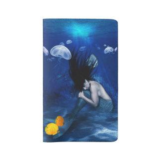 Meerjungfrau, die an der Unterseite des Ozeans Großes Moleskine Notizbuch