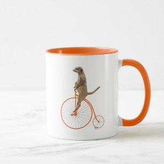 Meerkat auf orange Penny-Farthing Tasse