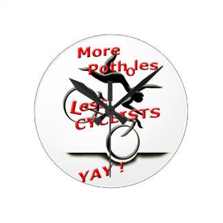 mehr Schlaglöcher weniger Radfahrer (yay) Runde Wanduhr
