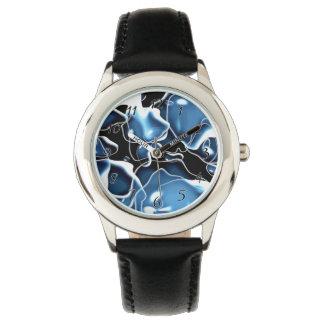 Mehrfaches unregelmäßig geformtes Blau und Uhr