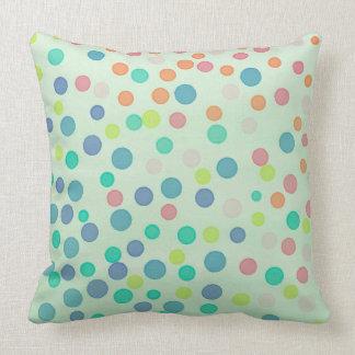 Mehrfarbenpastellpunkte auf Pastellgrün Kissen