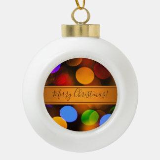 Mehrfarbige Weihnachtslichter. Addieren Sie Text Keramik Kugel-Ornament