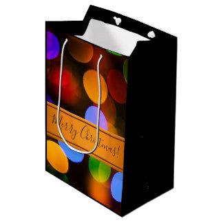 Mehrfarbige Weihnachtslichter. Addieren Sie Text Mittlere Geschenktüte