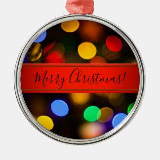 Mehrfarbige Weihnachtslichter. Addieren Sie Text Silbernes Ornament