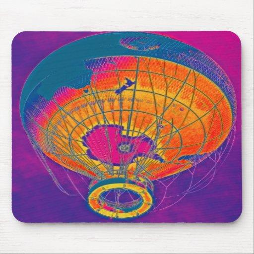 Mehrfarbiger Weltkugel-Ballon, lila Himmel Mousepads