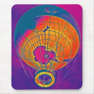 Mehrfarbiger Weltkugel-Ballon, lila Himmel Mauspad