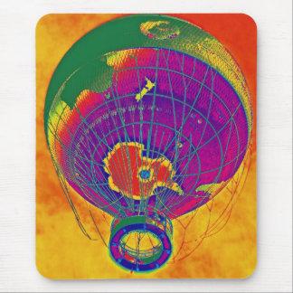 Mehrfarbiger Weltkugel-Ballon, orange Himmel Mauspad