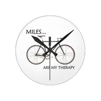 Meilen sind meine Therapie Runde Wanduhr