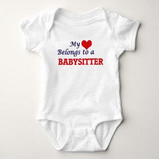 Mein Herz gehört einem Babysitter Baby Strampler