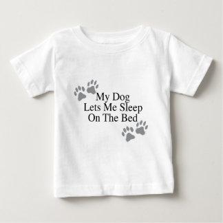 Mein Hund lässt mich auf dem Bett schlafen Baby T-shirt