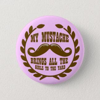 Mein Schnurrbart holt alle Mädchen zum Yard Runder Button 5,7 Cm