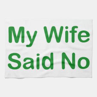 Meine Ehefrau sagte nein in einem dunkelgrünen Handtuch