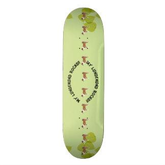 Meine Lundehund Felsen!! auf grünem Blätter Skate Board