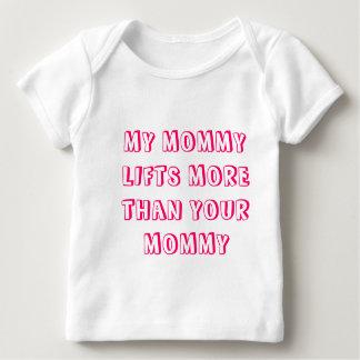 MEINE MAMA HEBT MEHR ALS IHRE MAMA - Mädchen an Baby T-Shirt